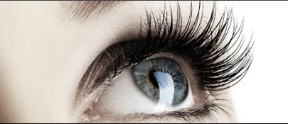 Blaues Auge und lange Wimpern